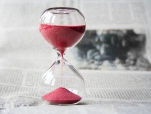 Un sablier de sable rouge, sang de la vie, s'écoule lentement.