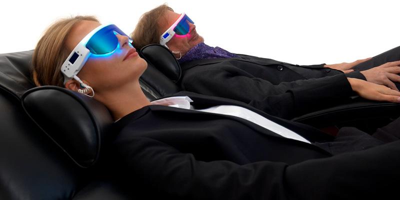 Les lunettes PSIO en séance de couple pour expérimenter la luminothérapie relaxation hypnotique.