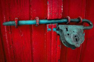 La porte représente l'entrée vers la profondeur de l'être. Trouver la clef signifie avoir la possibilité d'un renouveau en soi. Chercher cette clef symbolique permet de cheminer vers la dimension spirituelle de l'Ame.